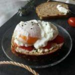 Tartine tomate et œufs pochés